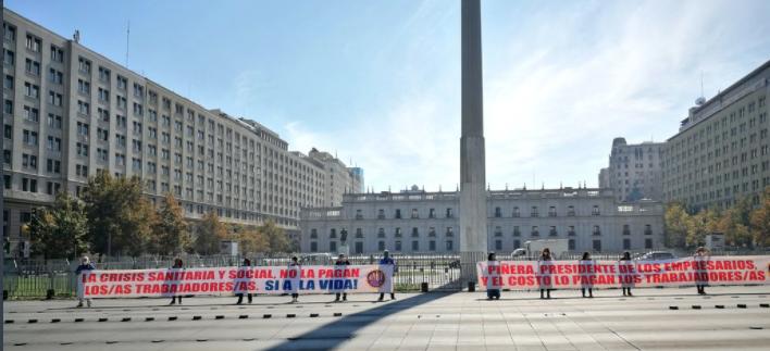 """""""Piñera, Presidente de los empresarios y el costo lo pagan los trabajadores/as"""" y """"La crisis sanitaria y social no la pagan los/as trabajadores/as. Si a la vida!"""""""