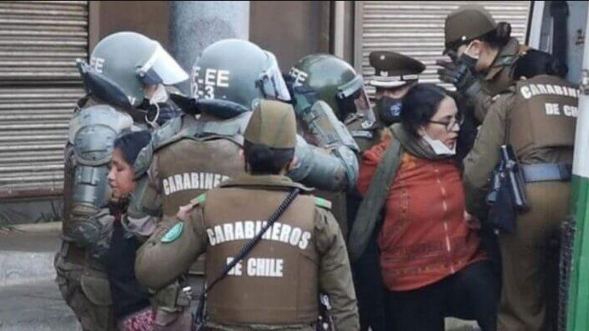Foto: Daniela Sierra siendo detenida afuera de la Intendencia de Temuco.