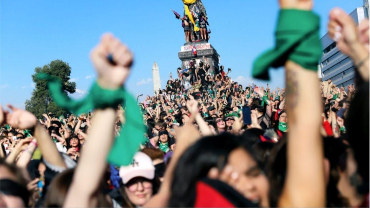 """Foto: Archivo performance """"Un violador en tu camino"""" en el contexto de la movilización social iniciada el 18 de octubre 2019. Por Rodrigo Gálvez."""