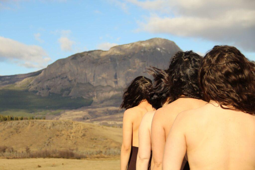 """Foto: """"Mujer Territorio Aysén"""". Obra completa que destaca el papel de la mujer en el territorio Aysén a través de diversos entornos y elementos."""