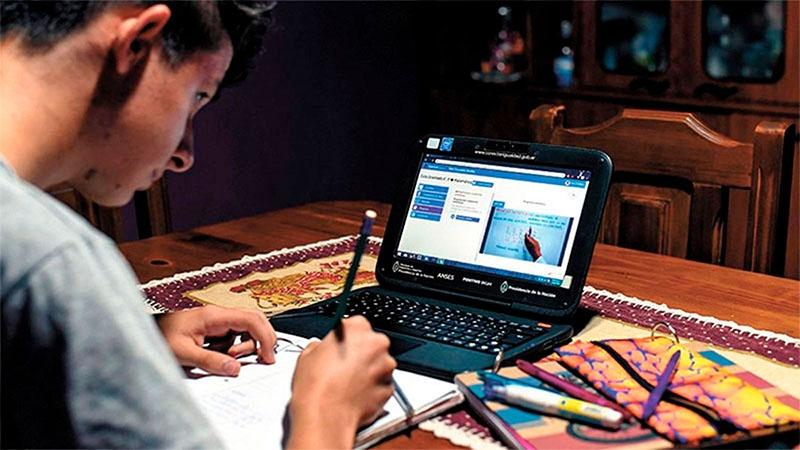 Las clases virtuales han aumentado la brecha educacional y expuesto graves problemas de conectividad en Chile.