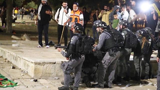 En medio de las protestas contra los desalojos de familias palestinas en Jerusalén, Israel ataca la mezquita de Al-Aqsa