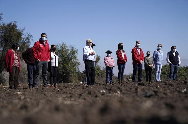 Representantes de Gobierno en la presentación del Plan contra la sequia en Colina.